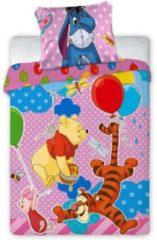 Faro Winnie The Pooh BABY dekbedovertrek, party. Er wordt feest gevierd op dit gezellige katoenen BABY dekbedovertrek van Winnie the Pooh en zijn vriendjes. Kenmerken Baby dekbedovertrek Formaat 100 x 135 cm Kussensloop 40 x 60 cm Sluit met rits Materia