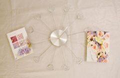 Witte Metalen klok met kaarthouders 35 cm