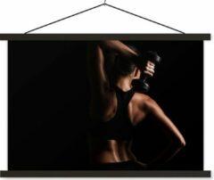 TextilePosters Een vrouw houdt een gewicht van fitness boven haar schouder schoolplaat platte latten zwart 60x40 cm - Foto print op textielposter (wanddecoratie woonkamer/slaapkamer)