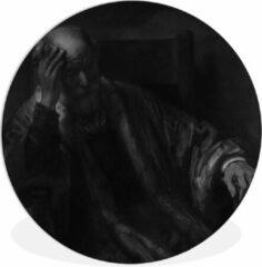 WallCircle Wandcirkel Rembrandt van Rijn - Oude man in een leuningstoel - Schilderij van Rembrandt van Rijn - ⌀ 90 cm - rond schilderij - fotoprint op kunststof (forex) muurcirkel / wooncirkel / (wanddecoratie)