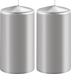 Enlightening Candles 2x Metallic zilveren cilinderkaarsen/stompkaarsen 6 x 8 cm 27 branduren - Geurloze kaarsen metallic zilver - Woondecoraties