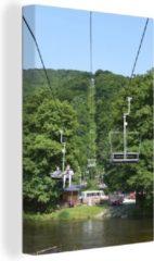 OneMillionCanvasses Canvas Schilderij Ardennen - Een stoeltjeslift gaat richting een toppunt van de Ardennen Canvas - 80x120 cm - Foto print op Canvas schilderij (wanddecoratie woonkamer / slaapkamer)