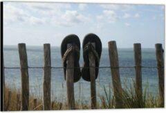 Blauwe KuijsFotoprint Dibond –twee Slippers aan een Hekje gehangen– 60x40 Foto op Aluminium (Wanddecoratie van metaal)