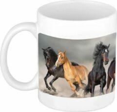 Bellatio Decorations Dravende Zwarte / Witte Paarden Koffiemok / Theebeker Wit - 300 Ml - Keramiek - Cadeau Beker / Paardenliefhebber Mok