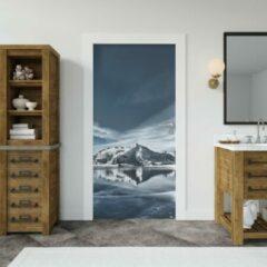 Blauwe Wallstation Deursticker Bergen 1 - 100 x 250 cm - Gratis installatie-kit - Snelle levering