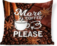 PillowMonkey Sierkussen Koffie Quotes 2 voor binnen - Koffie quote 'More coffee please' op een achtergrond van koffiebonen - 60x60 cm - vierkant binnenkussen van katoen
