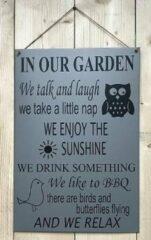 't Zinkhuysje Zinken tekstbord in our garden licht grijs 40x60 cm.