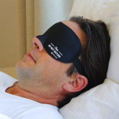 COMFORT SLEEP - 3D premium slaapmasker voor mannen en vrouwen met innovatieve, zachte vorm voor goede verduistering en vrij bewegen van de ogen. Incl. oordoppen en opberg etui - zwart - Please Do Not Dusturb