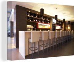 OneMillionCanvasses Een moderne loungebar met witte barkrukken canvas 90x60 cm - Foto print op Canvas schilderij (Wanddecoratie woonkamer / slaapkamer)