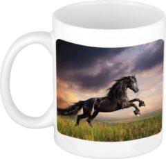 Bellatio Decorations Zwart Paard / Fries In Weide Koffiemok / Theebeker Wit - 300 Ml - Keramiek - Cadeau Beker / Paardenliefhebber Mok