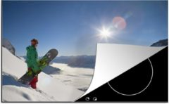 KitchenYeah Luxe inductie beschermer Snowboarden - 80x52 cm - Een snowboard kijkt met zijn board uit op de besneeuwde bergtoppen - afdekplaat voor kookplaat - 3mm dik inductie bescherming - inductiebeschermer
