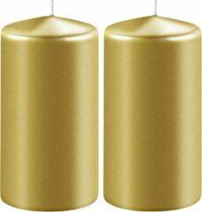 Goudkleurige Enlightening Candles 2x Metallic gouden cilinderkaarsen/stompkaarsen 6 x 12 cm 45 branduren - Geurloze kaarsen metallic goud - Woondecoraties