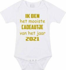 Merkloos / Sans marque Baby rompertje met leuke tekst | Ik ben het mooiste cadeautje van het jaar 2021 |zwangerschap aankondiging | cadeau papa mama opa oma oom tante | kraamcadeau | maat 56 wit goud