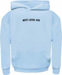 Blauwe Seabass Swimwear - relaxed fit hoodie - kind - unisex - duurzaam - 100% organic cotton - velvet logo - kangoeroe zak - verkrijgbaar in maat 2 t/m 14 jaar - kleur: Clearwater Blue - Unisex Hoodie Maat 128
