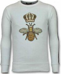 Tony Backer Flock Print Trui - Royal Bee Sweater Heren - Wit Sweaters / Crewnecks Heren Sweater Maat M
