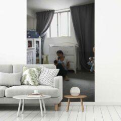 Nr1Wallpaper Fotobehang vinyl - Een moeder die haar pasgeboren baby in een kinderkamer wiegt breedte 190 cm x hoogte 280 cm - Foto print op behang (in 7 formaten beschikbaar)
