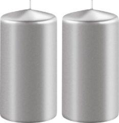 Enlightening Candles 2x Metallic zilveren cilinderkaarsen/stompkaarsen 6 x 12 cm 45 branduren - Geurloze kaarsen metallic zilver - Woondecoraties