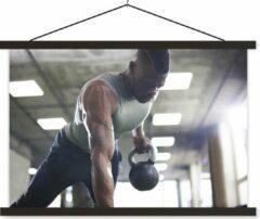 TextilePosters Een sterke man tilt tijdens fitness kettlebells omhoog schoolplaat platte latten zwart 120x80 cm - Foto print op textielposter (wanddecoratie woonkamer/slaapkamer)