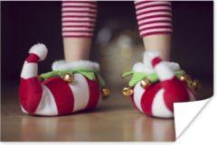 PosterMonkey Elfje draagt kerstslippers poster 120x80 cm - Foto print op Poster (wanddecoratie woonkamer / slaapkamer)