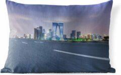 PillowMonkey Sierkussen Suzhou voor buiten - Paarse tinten boven de Chinese stad Suzhou - 50x30 cm - rechthoekig weerbestendig tuinkussen / tuinmeubelkussen van polyester