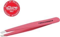 Koraalrode Tweezerman Studio Line Slant Tweezer Geranium - Professioneel Pincet - Met Handgeslepen Schuine Punt – Koraal, Rood, Roze - 1 st.