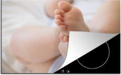 KitchenYeah Luxe inductie beschermer Voeten - 80x52 cm - De voeten van een baby - afdekplaat voor kookplaat - 3mm dik inductie bescherming - inductiebeschermer
