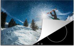 KitchenYeah Luxe inductie beschermer Snowboarden - 78x52 cm - Een snowboarder maakt een backflip op een zonnige dag - afdekplaat voor kookplaat - 3mm dik inductie bescherming - inductiebeschermer