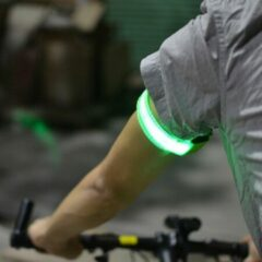 Mundo 2 stuks Led verlichte armband (groen) voor sportievelingen die hardlopen, fietsen en wandelen en verder iedereen die in het donker gezien wil worden - Sport armband - Hardloop verlichting lampjes - Veiligheidsband - Reflecterende armband