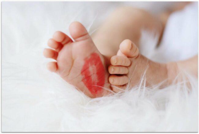Afbeelding van Rode KuijsFotoprint Poster – Babyvoet met Lippenstiftkusje - 90x60cm Foto op Posterpapier