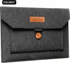 DSGN Laptop Vilten Soft Sleeve met knoop geschikt voor de Apple Macbook Air / Pro (Retina) 13 Inch - 13.3 Laptop Case - Bescherming Cover Hoes - Donkergrijs