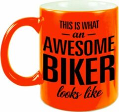 Bellatio Decorations This Is What An Awesome Biker Looks Like Cadeau Mok / Beker - 330 Ml - Neon Oranje - Verjaardag - Kado Mok / Beker