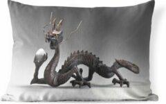 PillowMonkey Sierkussen Chinese draak voor buiten - Kleine Chinese draak tegen een witte achtergrond - 60x40 cm - rechthoekig weerbestendig tuinkussen / tuinmeubelkussen van polyester