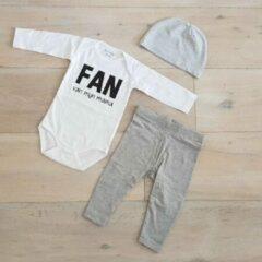 Merkloos / Sans marque Baby cadeau geboorte unisex jongen of Meisje Setje 3-delig newborn | maat 50-56 | grijs mutsje en broekje en romper lange mouw wit met zwarte tekst fan van mijn mama | Bodysuit | pakje | Kraamcadeau