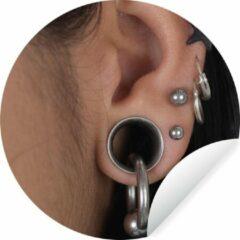 WallCircle Menselijk oor gevuld met piercings Wandcirkel behangsticker 100x100 cm / behangcirkel / muurcirkel / wooncirkel - zelfklevend & rond uitgesneden