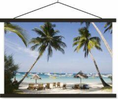 Blauwe TextilePosters Palmbomen en ligstoelen op het strand van Boracay schoolplaat platte latten zwart 90x60 cm - Foto print op textielposter (wanddecoratie woonkamer/slaapkamer)