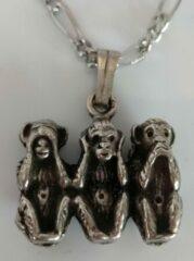 Zilveren Zeeuws meisje Horen zien en zwijgen, ketting met hanger drie aapjes