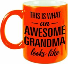 Bellatio Decorations This Is What An Awesome Grandma Looks Like Cadeau Mok / Beker - 330 Ml - Neon Oranje - Verjaardag - Kado Mok / Beker