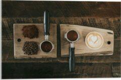 Beige KuijsFotoprint Plexiglas - Gemalen Koffiebonen en Koffie op een Plankje - 60x40cm Foto op Plexiglas (Wanddecoratie op Plexiglas)