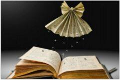 Bruine KuijsFotoprint Poster – Origami Engel Zwevend boven een Boek - 90x60cm Foto op Posterpapier