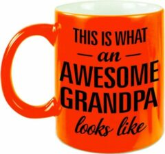 Bellatio Decorations This Is What An Awesome Grandpa Looks Like Cadeau Mok / Beker - 330 Ml - Neon Oranje - Verjaardag - Kado Mok / Beker