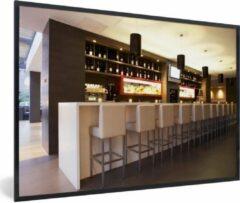 PosterMonkey Foto in lijst - Een moderne loungebar met witte barkrukken fotolijst zwart 60x40 cm - Poster in lijst (Wanddecoratie woonkamer / slaapkamer)