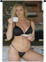 1001Tapestries Wandkleed Bikini Babes - Een jonge vrouw in een zwarte bikini met een kopje koffie Wandkleed katoen 120x180 cm - Wandtapijt met foto XXL / Groot formaat!