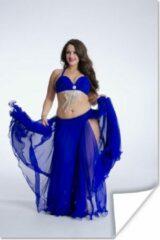 PosterMonkey Een buikdanser in een blauwe jurk poster 80x120 cm - Foto print op Poster (wanddecoratie woonkamer / slaapkamer)
