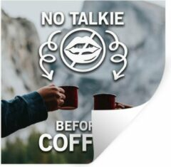 StickerSnake Muursticker Koffie Quotes 2 - Koffie quote 'No talkie before coffee' met een achtergrond met koffiemokken - 100x100 cm - zelfklevend plakfolie - herpositioneerbare muur sticker