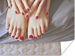 PosterMonkey Voeten en handen met rode nagellak poster 40x30 cm - klein - Foto print op Poster (wanddecoratie woonkamer / slaapkamer)
