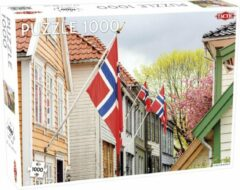 Tactic Puzzel Around the World Northern Stars: Street in Bergen (with Norwegian Flags) - 1000 stukjes