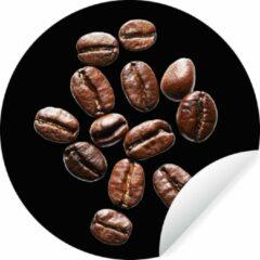 WallCircle Gebrande koffiebonen in een studio licht tegen zwarte achtergrond Wandcirkel behangsticker ⌀ 140 cm / behangcirkel / muurcirkel / wooncirkel - zelfklevend & rond uitgesneden