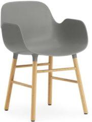 Grijze Normann Copenhagen Form Armchair stoel met eiken onderstel grijs