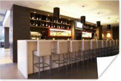 PosterMonkey Een moderne loungebar met witte barkrukken poster 90x60 cm - Foto print op Poster (wanddecoratie woonkamer / slaapkamer)