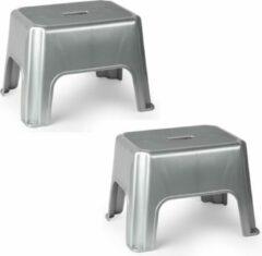 Forte Plastics 2x stuks zilveren keukenkrukjes/opstapjes 40 x 30 x 28 cm - Keuken/badkamer/kasten opstap verhoging krukjes/opstapjes